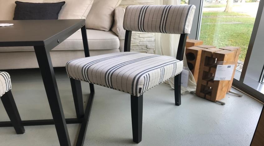 Stuhl gepolstert im skandinavischen Kolonialstil