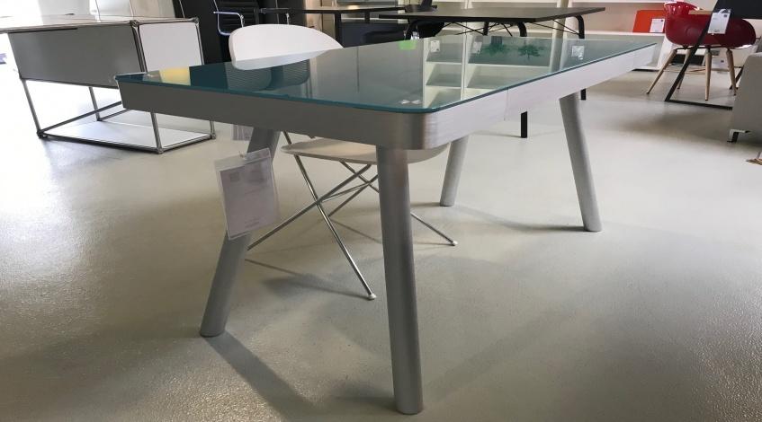 Schreibtisch mit Glasoberfläche
